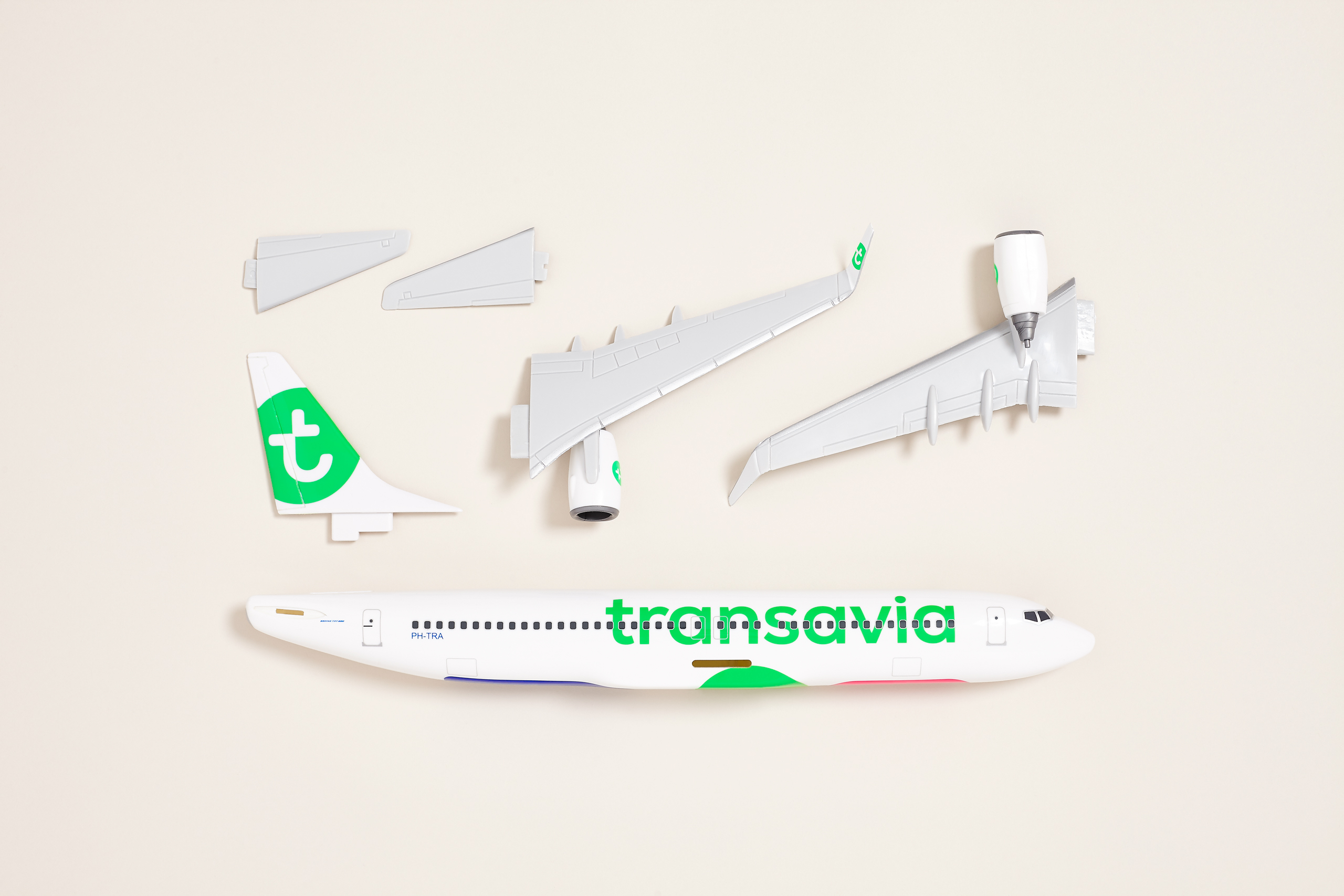 Transavia scale model Boeing 737 pieces